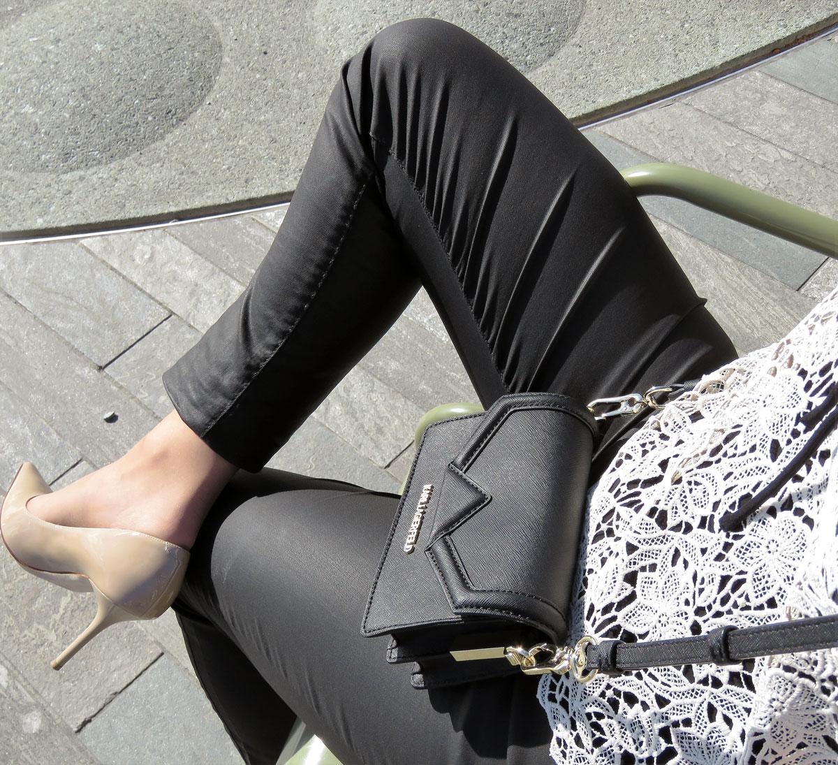 Spitze: Jeans mit Ledereeffekt von Hallhuber, crèmefarbene Spitzenshirt von Hallhuber, schwarzes Spaghettiträger Top von Hallhuber, Nude Pumps von Jimmy Choo