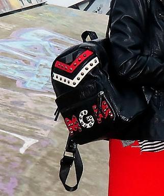 geschaffenes: Schwarz-weiss-gestreiftes Top mit vertikale und horizontale Streifen von Tommy Hilfiger- roter A-Linienrock von Zara- Biker-Boots von Vera Mode- schwarz Lederjacke Only- Kunstlederrucksack von Manor-Porkpie Hut London