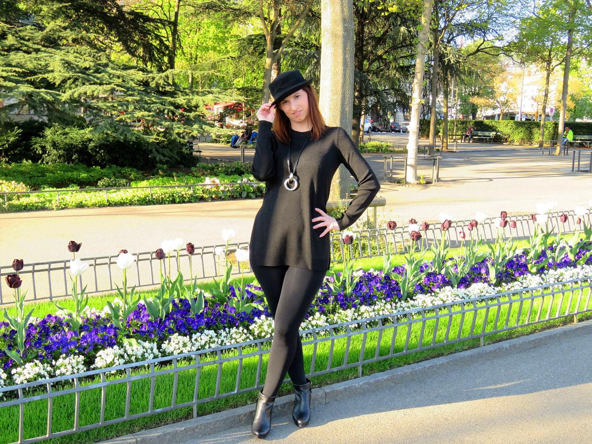 schwarzer Long Pullover mit Seitenschlitzen von Hallhuber-schwarze Leggings und Strumpfhose von Kalke- schwarzer Porkpie-Hut aus London- schwarze Ankle Boots von Paul Green- schwarze Lederjacke von Only-dressupjournal.com