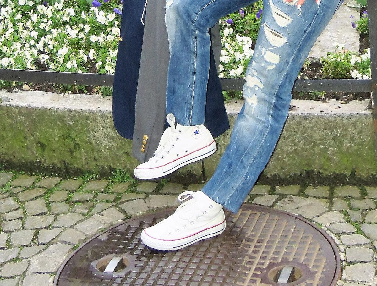Klassiker: Boyfriend Jeans, Blazer im College Look von Gant, Chuck Taylor All Star von Converse, Streifenshirt in Weiss und Marineblau von Zara, stars and stripes Schal