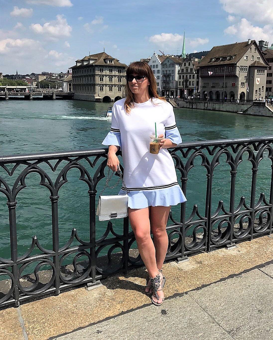 Volants: Weisses Minikleid mit hellblauen Volants von Zara, silberne metallic SkinnyDip-Tasche