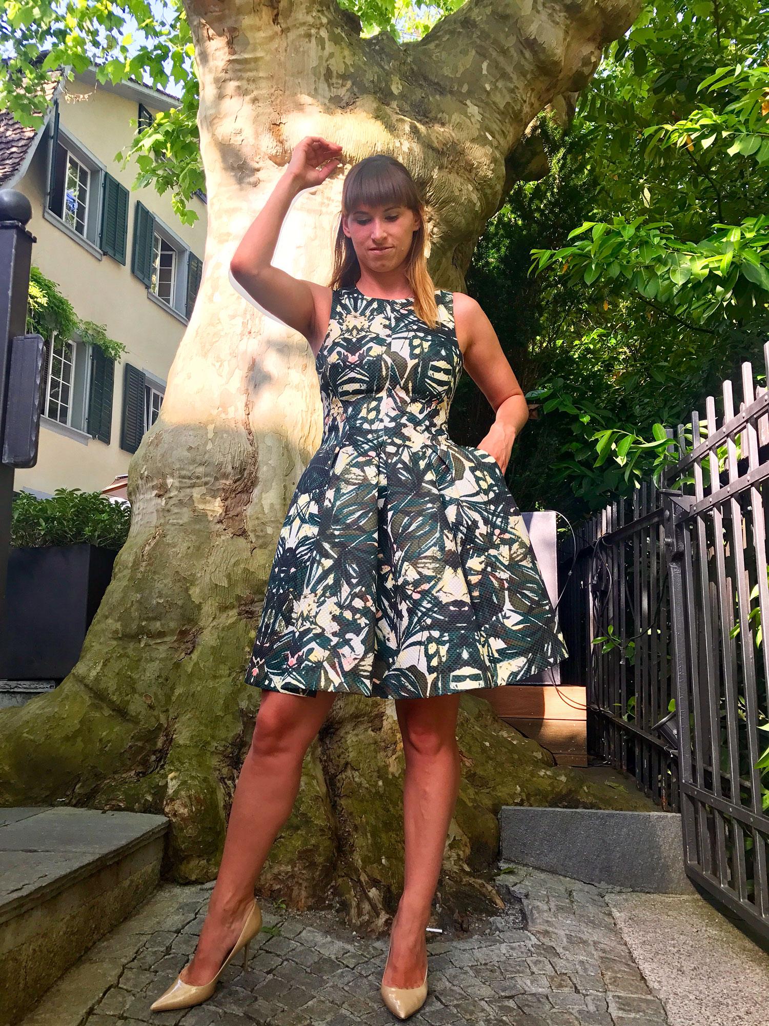 Military-Look: H&M Kleid, Jimmy Choo Nude Pumps Agnes