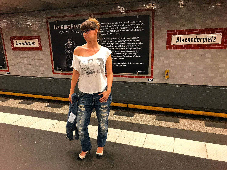 Streetstyle Look: Boyfriendjeans von Jeansstaff & Co, weisses T-Shirt von Review, Jensjacke von H&M, Mar Jane High Heels von Guess,Hackische Höfe