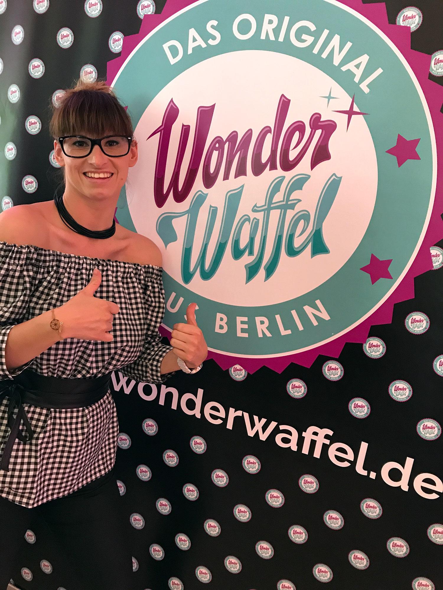 Fashion Week Berlin: weisses Kleid von Guess, Schlappen mit Pailetten von anothera