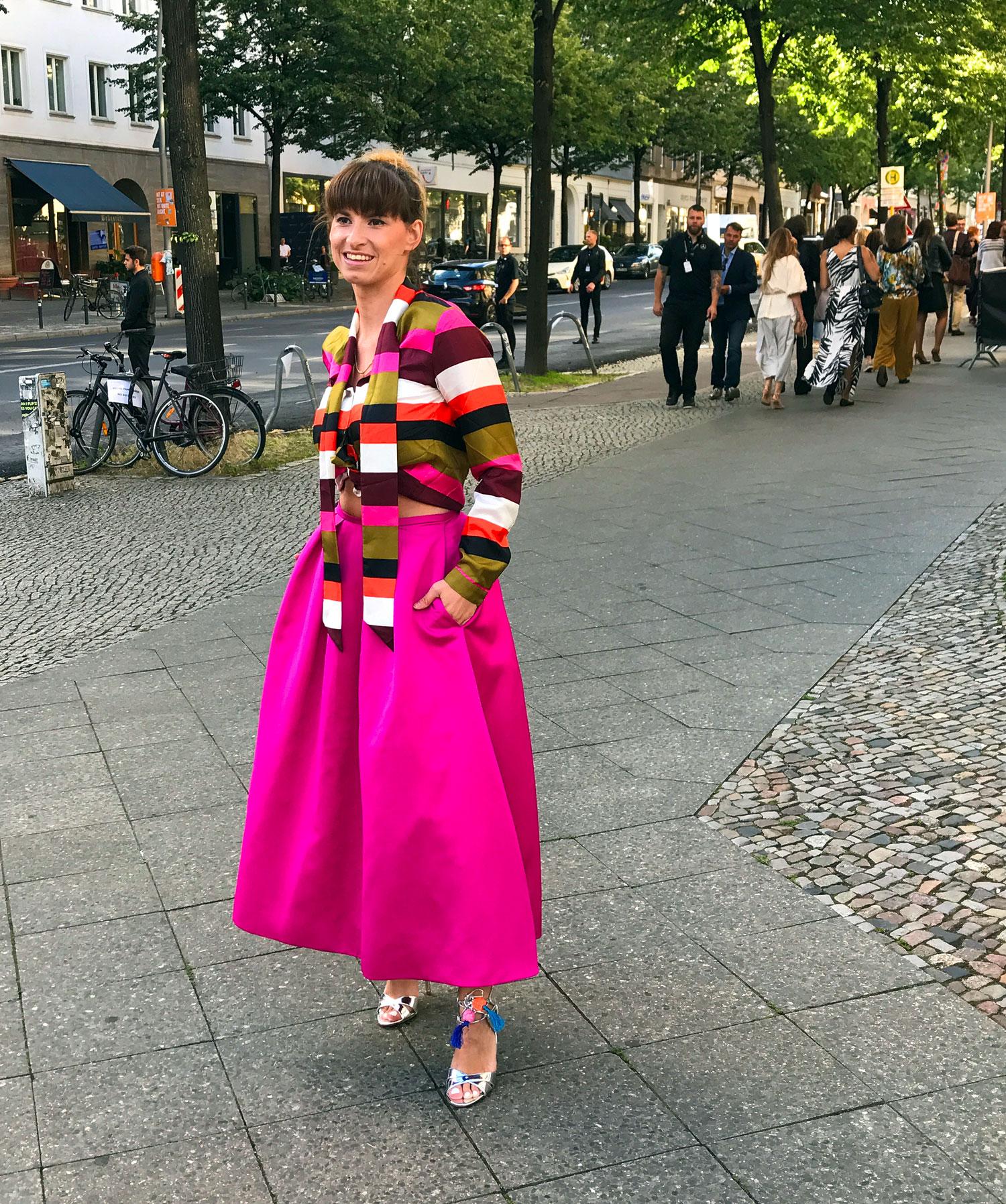 Pink: rosa Rock von piqyourdress, Bluse scotch&soda, silberne High Heels