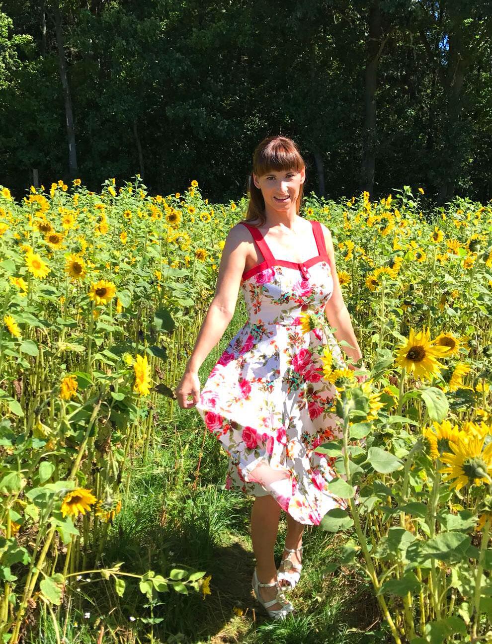 Kleid mit Blüten-Prints: Kleid von vintage.de, weisse Sandallen von Guess