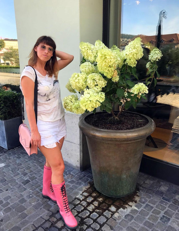 Festival-Outfit: Weisse Jeansshort von Hollister, cremefarbenes T-Shirt von Review, pinke Gummistiefel von Ilse jacobsen hornbaek, Jackenponocho von MSD fashion, K / Klassik in zart rosa von Karl Lagerfeld