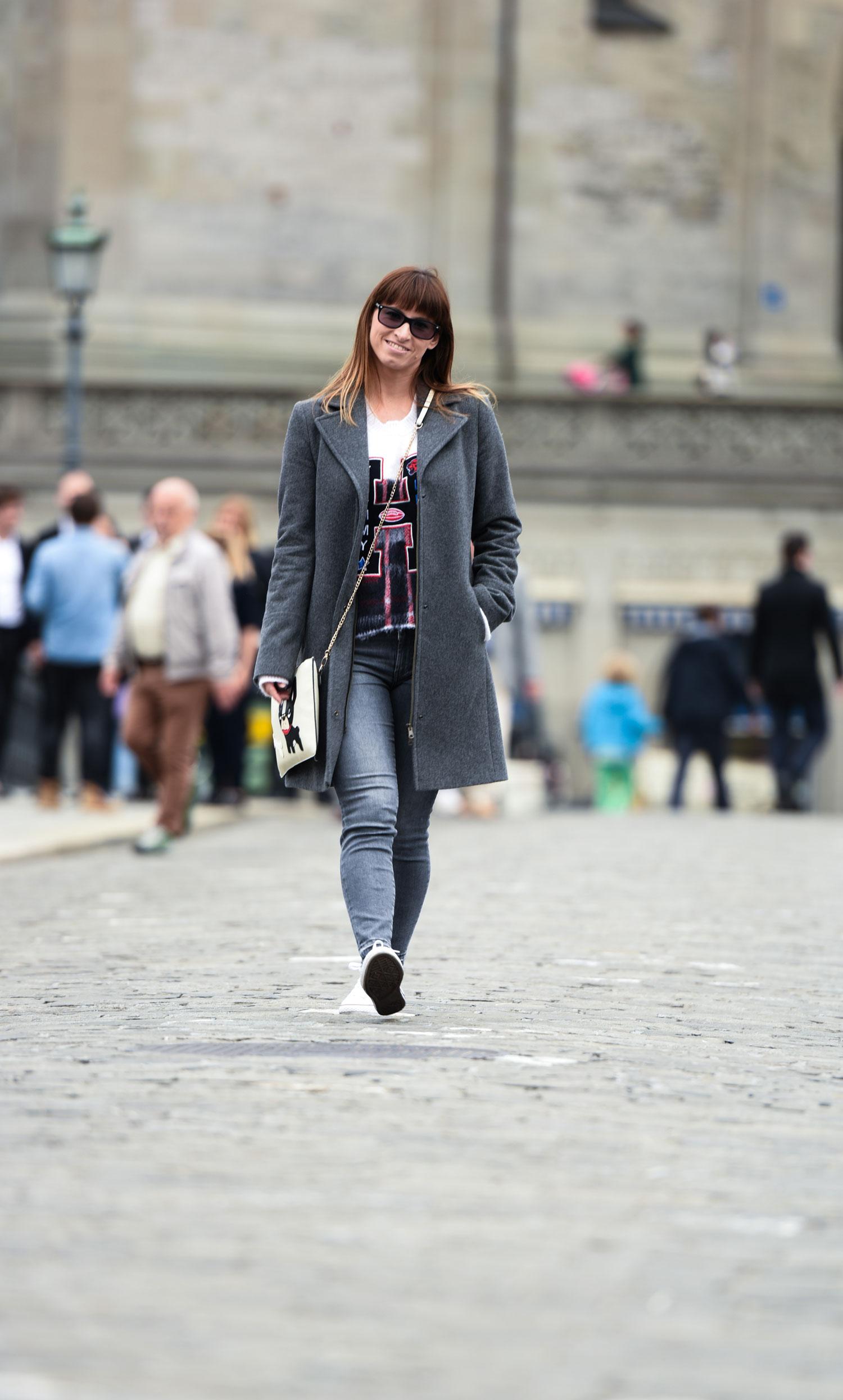 Übergangsoutfit: graue Slim Fit Jeans von Hugo Boss, Wollpullover von Tommy Hilfiger, Converse all stars, Wollmantel von Benetto