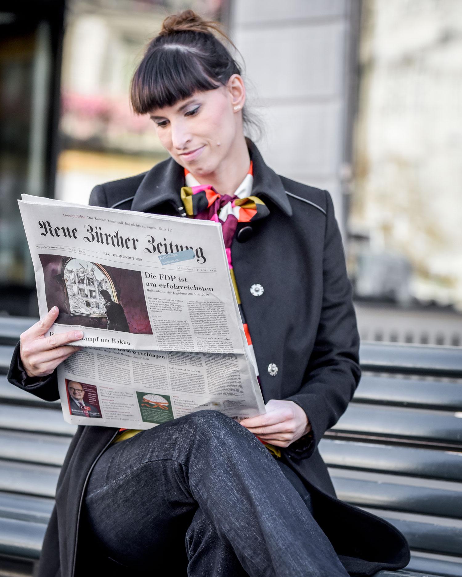 Schluppenbluse mit Streifen von Scotch and Soda, Jeans im Flared-Style, schwarzer Mantel von Hugo Boss, bordeauxroten Schnür-High-Heels von Navyboots