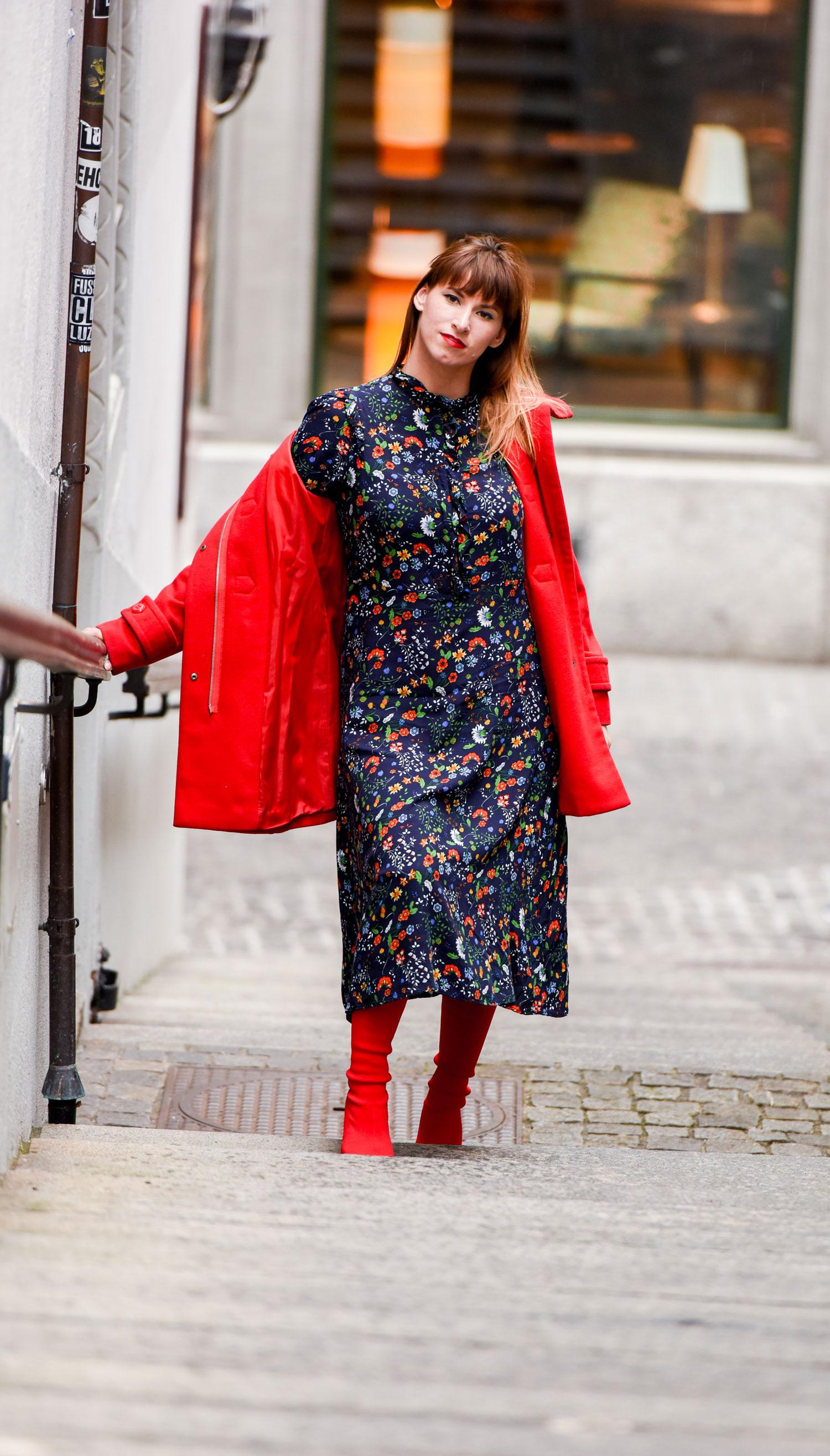 Sockoverknees: rote Sock Overknees von Zara, Midiblumenkleid von HM, Wollmantel von Benetton