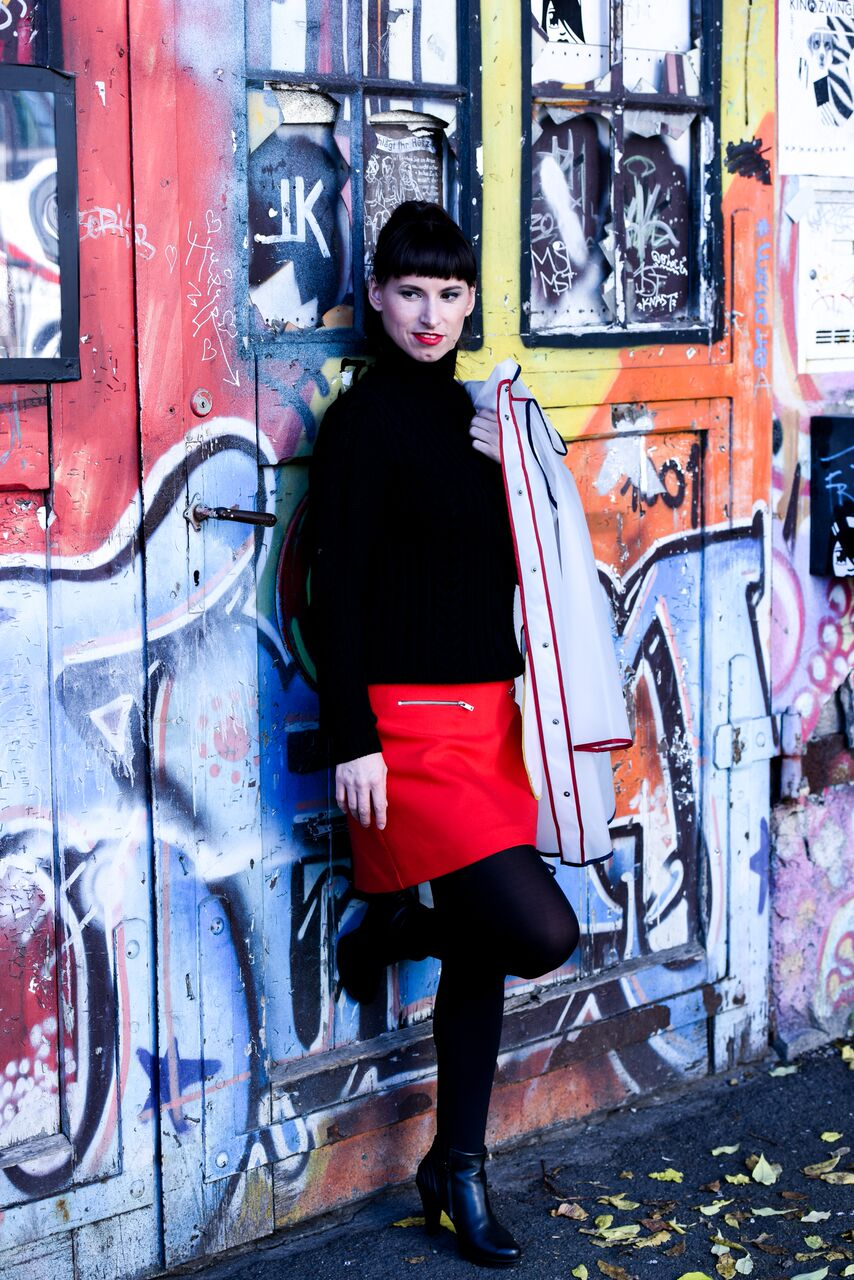 Plastiktrend: roter Rock von Zara, schwarzer Pullover von Hugo Boss, Regenmantel / Plastikjacken von Zara, Ankle Boots von Paul Green