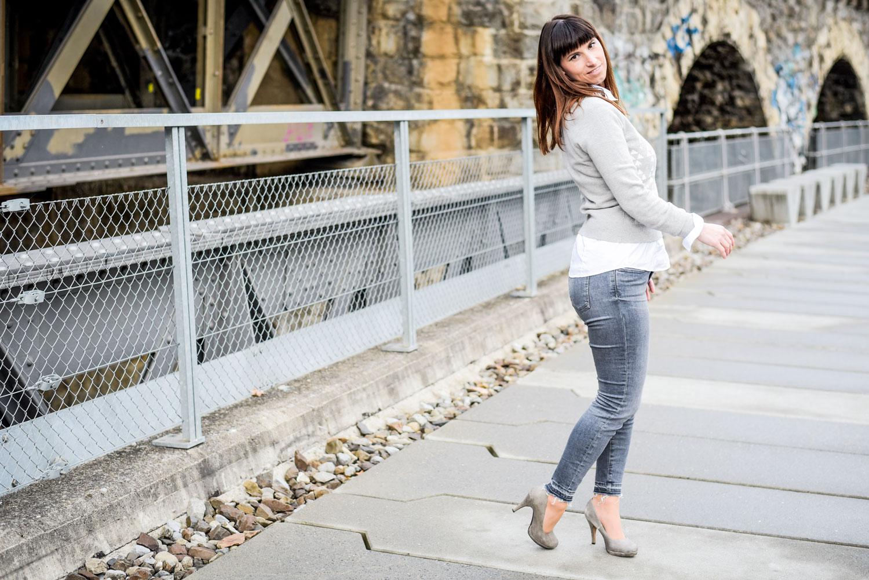 Pre-Opening: grauer Pullover von Gant, graue Cropped Jeans von Hugo Boss, Pumps von Tamaris, Poncho