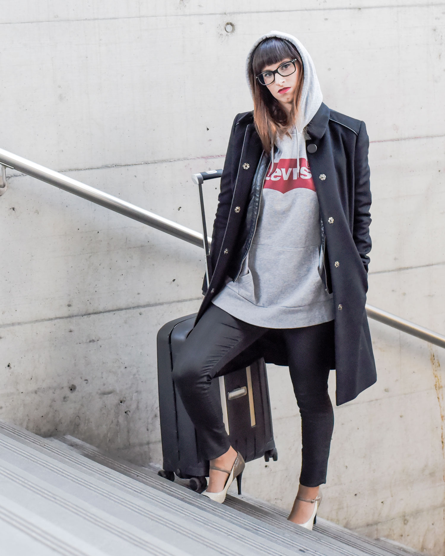 Hoodie von Levis, Jeanshose in Lederoptik von Hallhuber, schwarze Lederjacke von Only, Mary Jane Schuhe von Guess, schwarzer Mantel von Hugo Boss