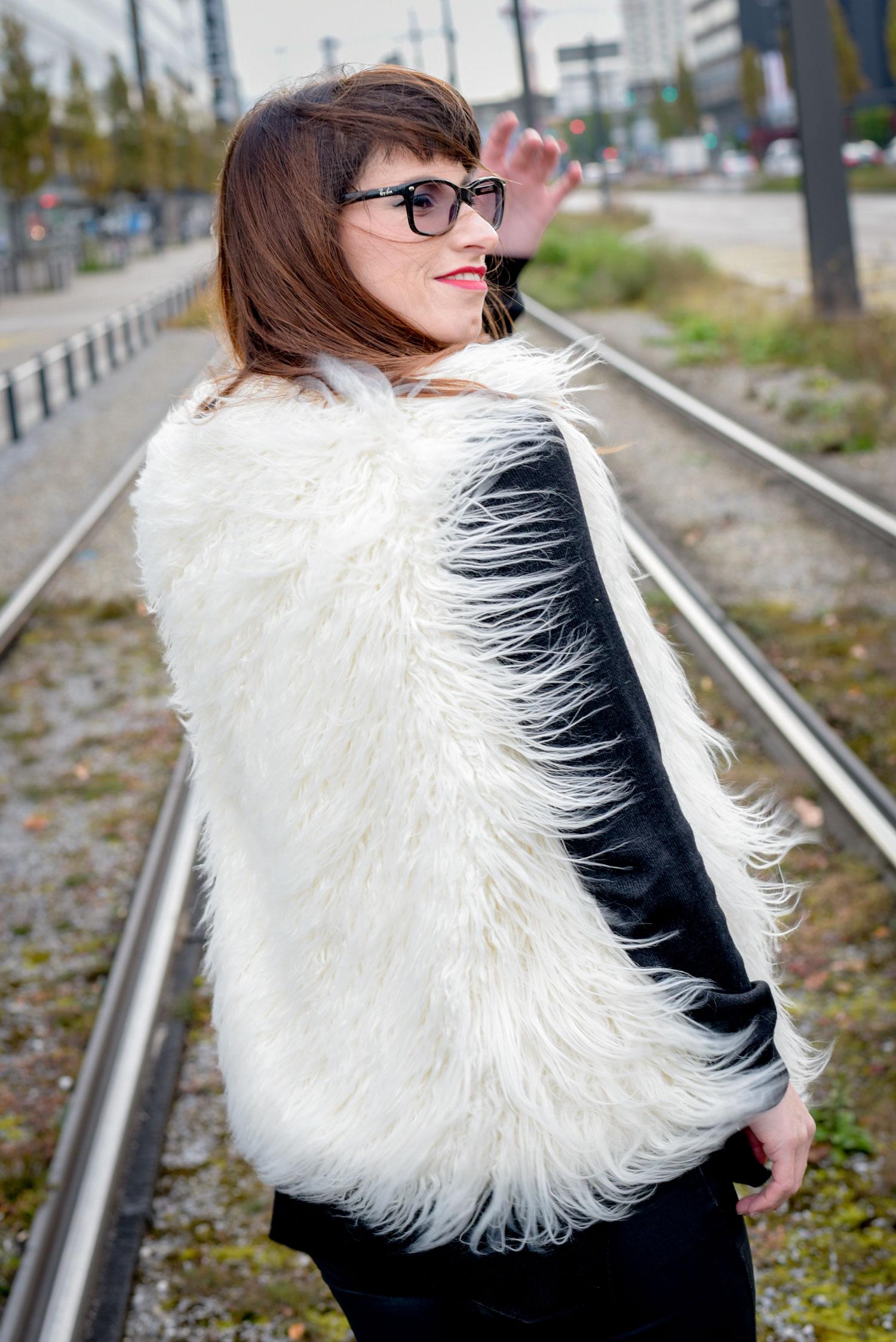 Auftritt Fake Fur: Fellweste von HM, Pullover von Hallhuber, Cordded Jeans in Lederoptik von Hallhuber, schwaze Stiefel von Tamaris