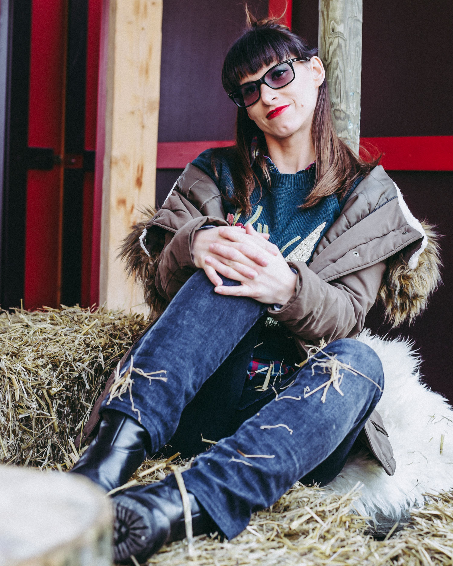 Street-Style-Look, schwarze Jeans von Staffjeans, Karo-Hemd vom HM, Grüner Pullover von Hallhuber, Parka von Review