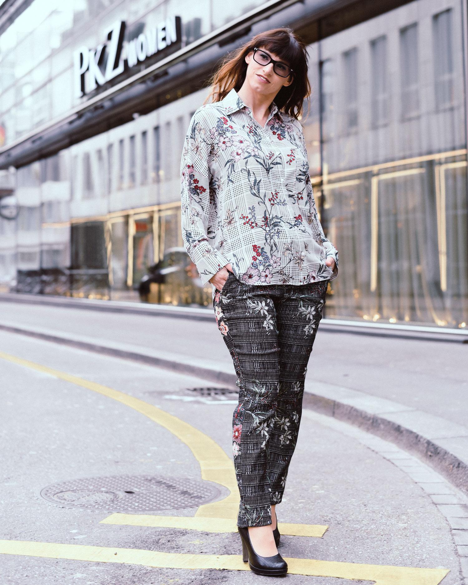 Grey: karierte grau Hose von Zara, hellgrau karierte Bluse von Zara, Floralprints, schwarze Pumps von Tamaris, schwarzer Mantel von hugo Boss