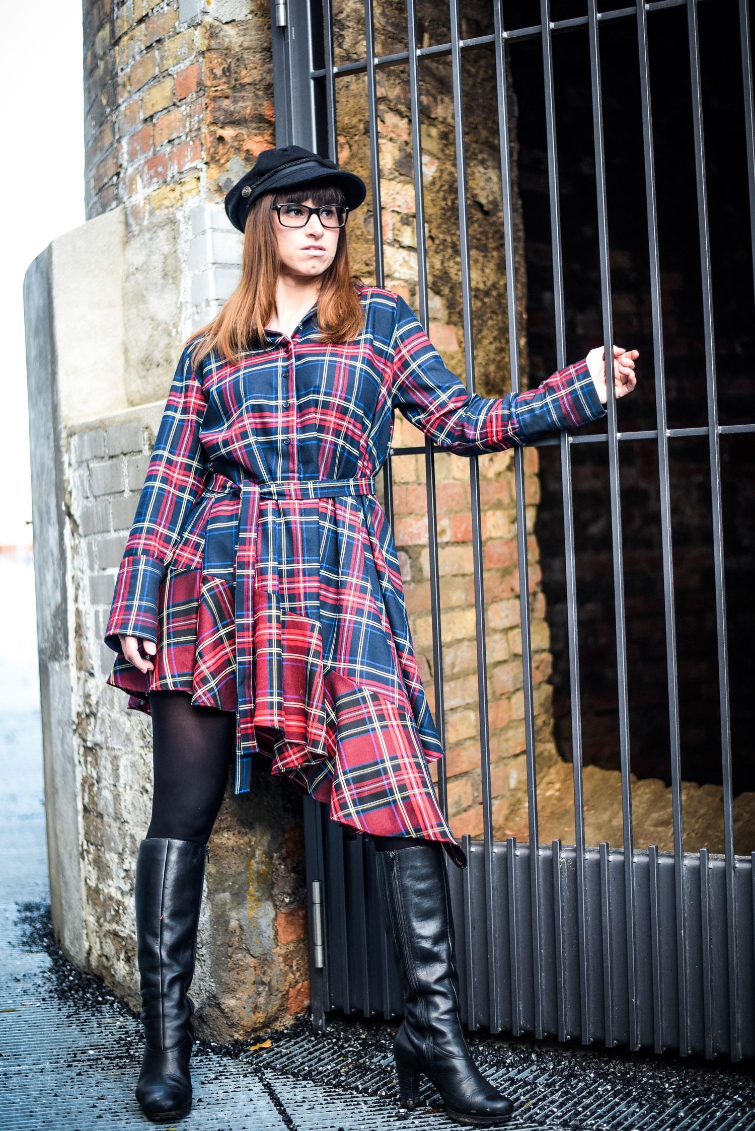 Saison: asymmetrische Kleidung mit Volants von Zara, Stiefel von hörli, Schiffermütze von Scotch&Soda