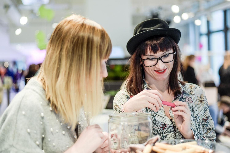 Hashmag: karietes Top von Zara, gravierter Lippglos von Revlon