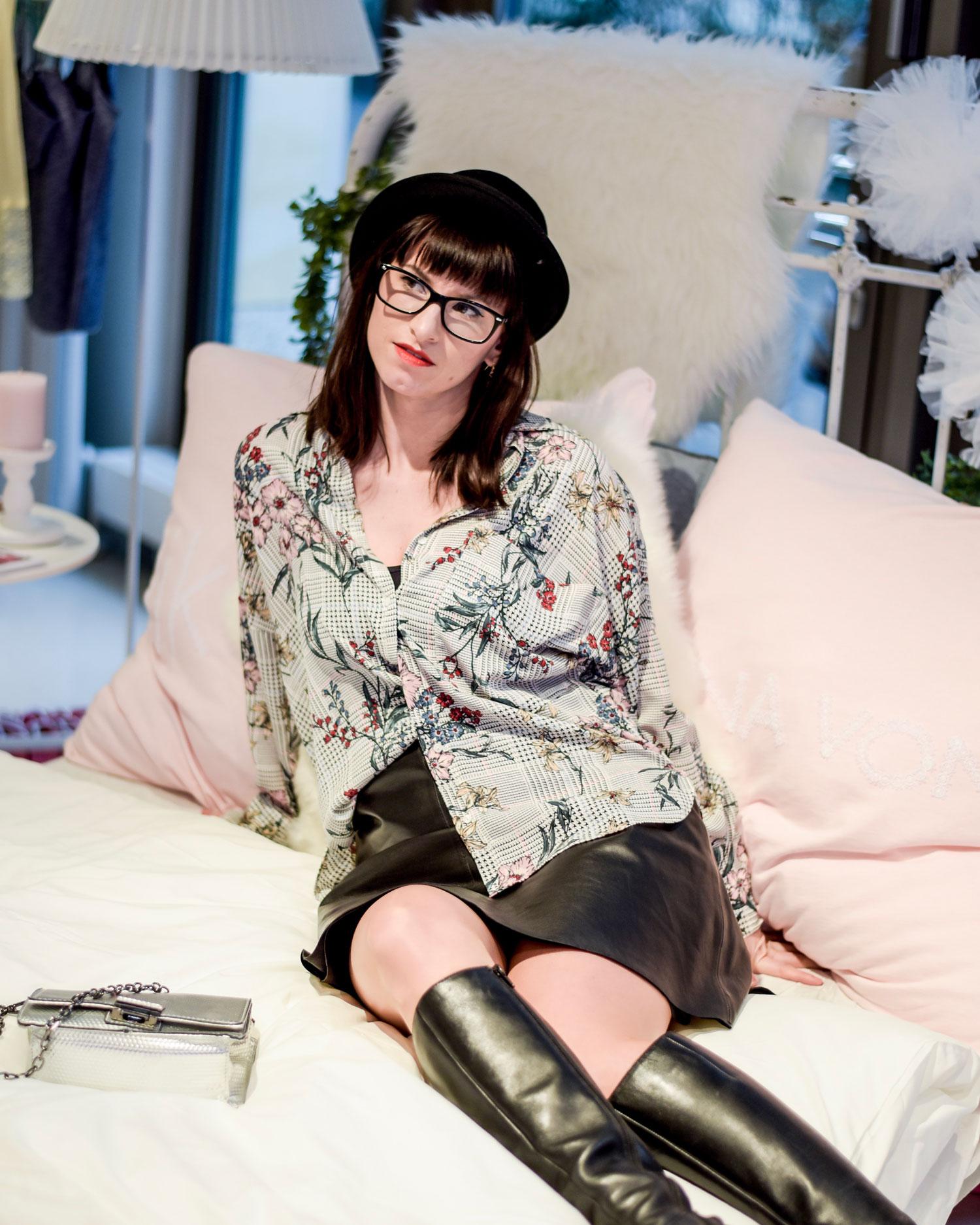Outfits: grau-karierte-Bluse mit Blumenmuster von Zara, Lederrock von Hallhuber, schwarze Top von Zara