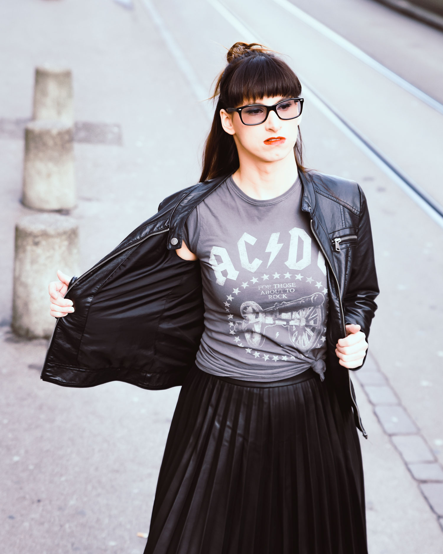 improvisieren: Plisseerock von reserved, T-shirt von ACDC, Lderjacke von Only, Schnürstiefel von Guess