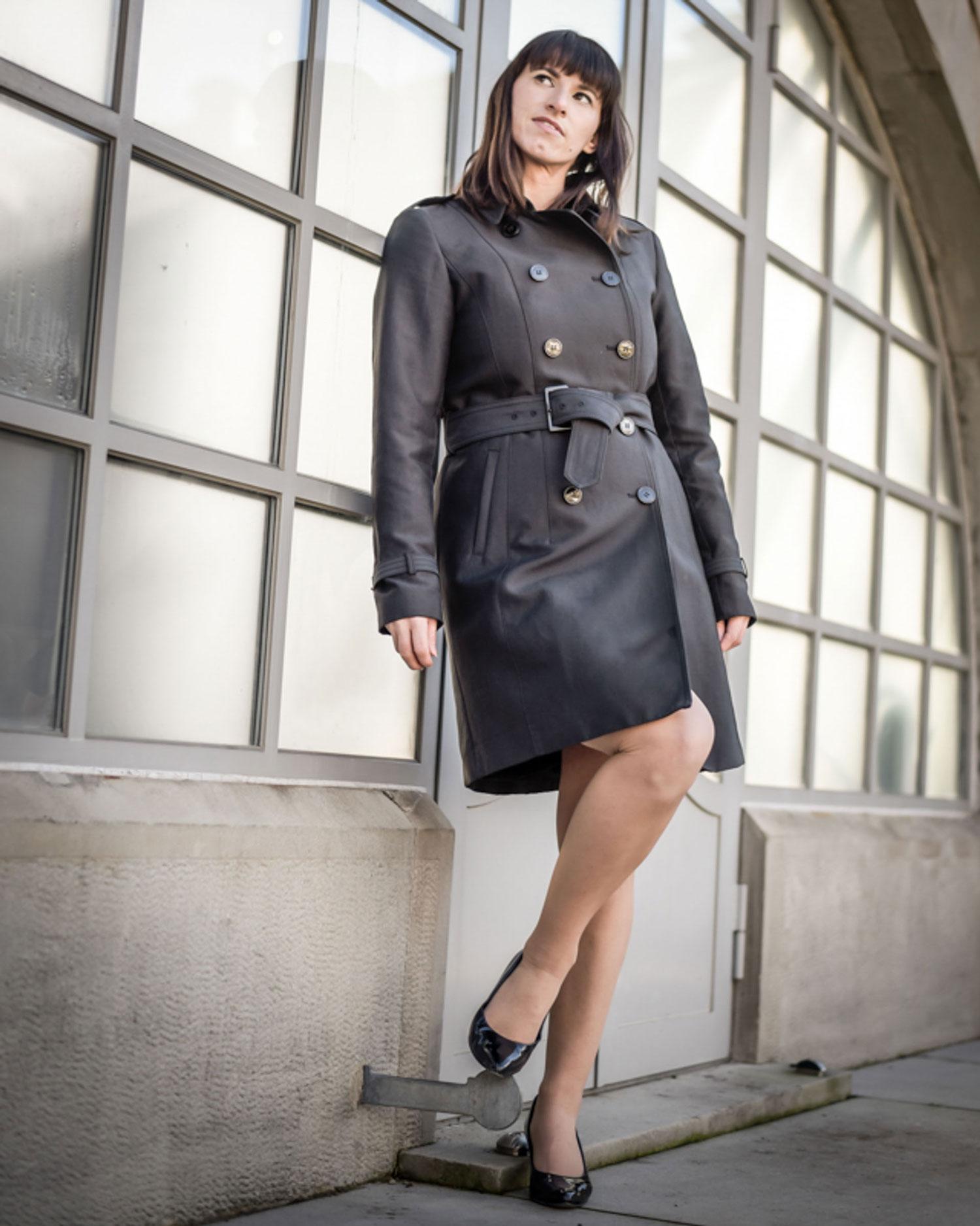 Sleeves: Kleid von Review, Ankle Boots von Navyboots, Trenchcoat von Hallhuber