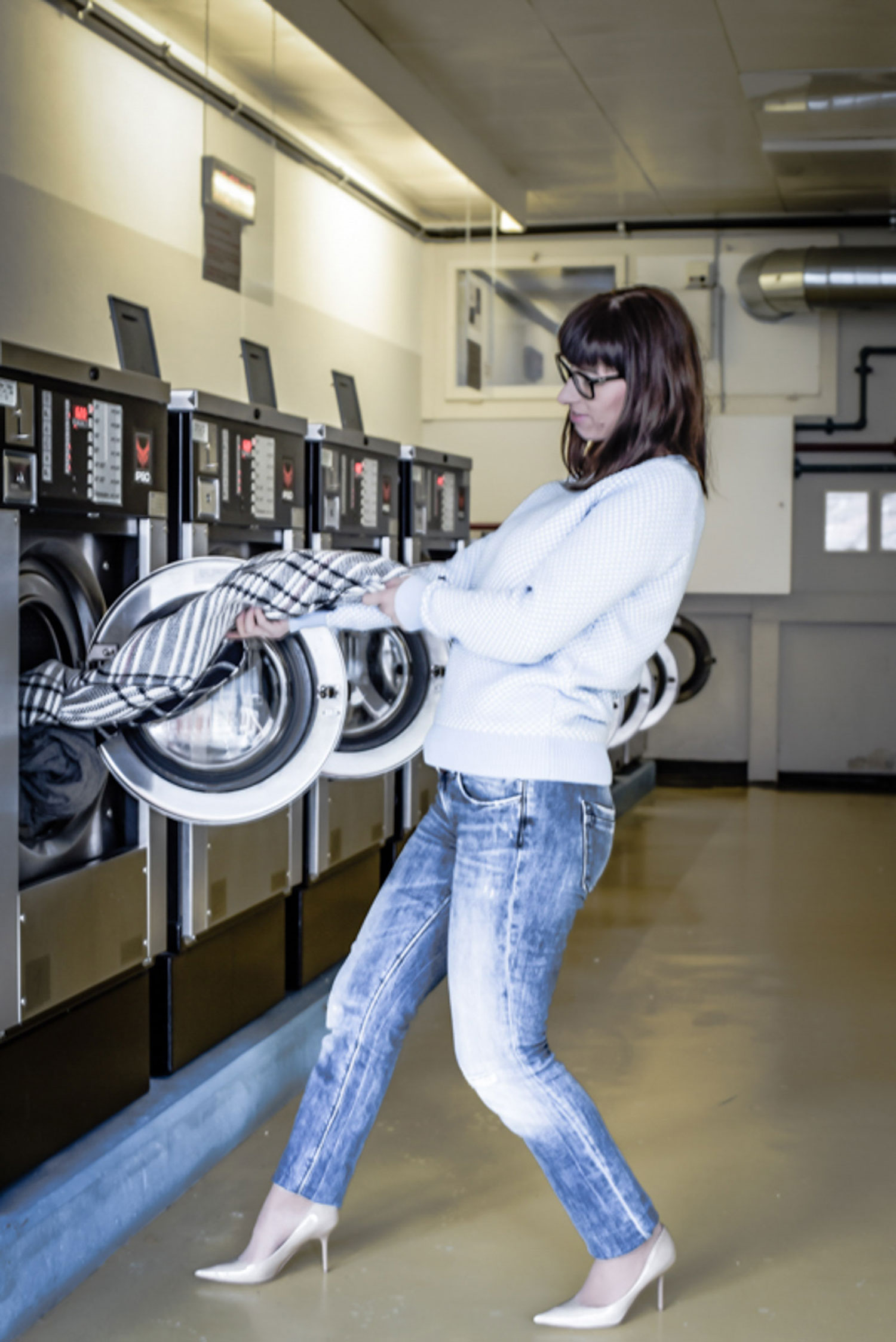 Waschsalon: hellblauer Pullover von Tommy Hilfiger, Jeans von Crossed Jeans, Nude Pumps von jimmy Choo