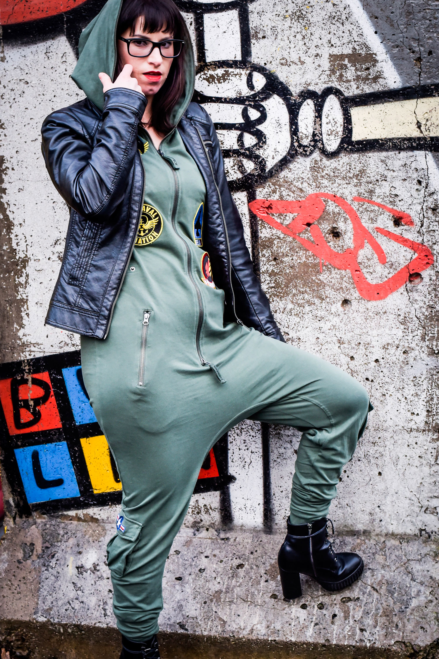 Jumpsuite von Onepiece, Tweety Tasche von Zara, Lederjacke von Only, Schnürstiefel von Guess