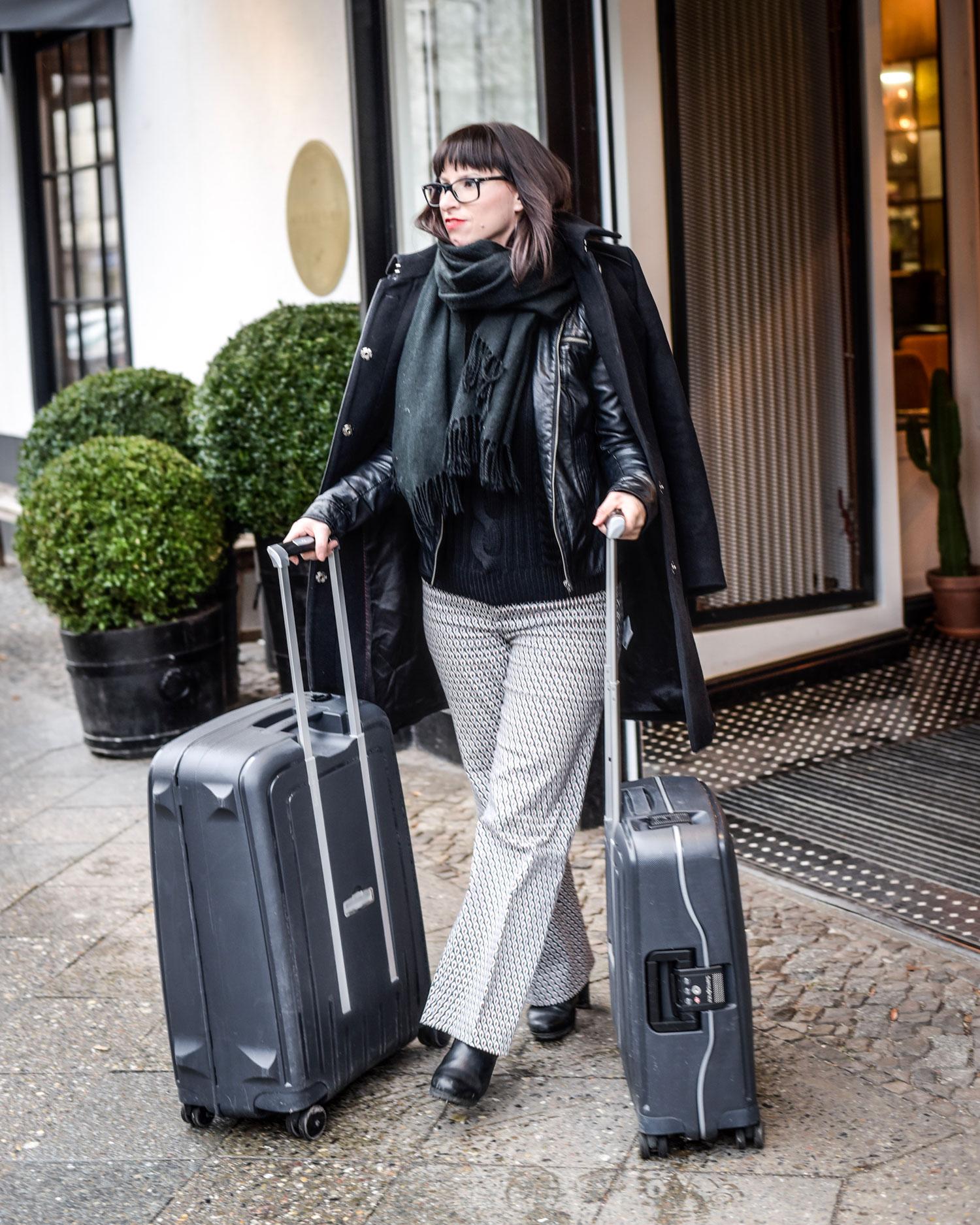 Rollkragenpullover von Hugo Boss, Flare Stoffhose von Zara, Mantel von Hugo Boss