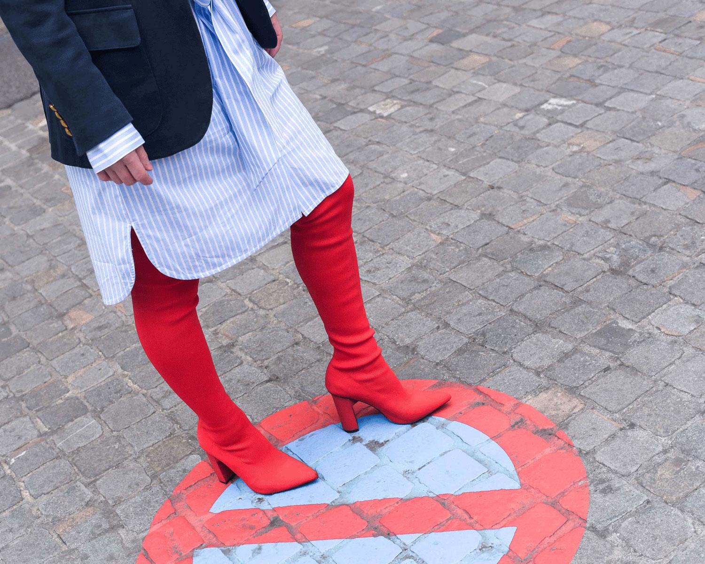 Longbluse von Hallhuber, College Blazer von Polo Ralph Lauren, rote Sock-Overknees von Zara