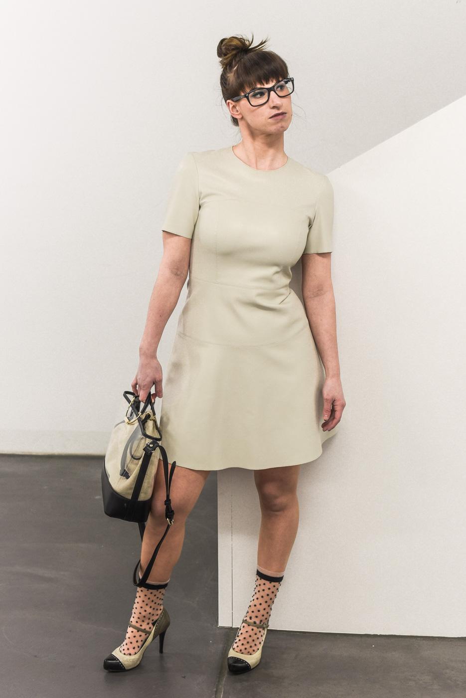 Stil: Lederkleid von Zara, Vinyltasche von Zara, Mary Jane High heels von Guess, Socken von ONYGO