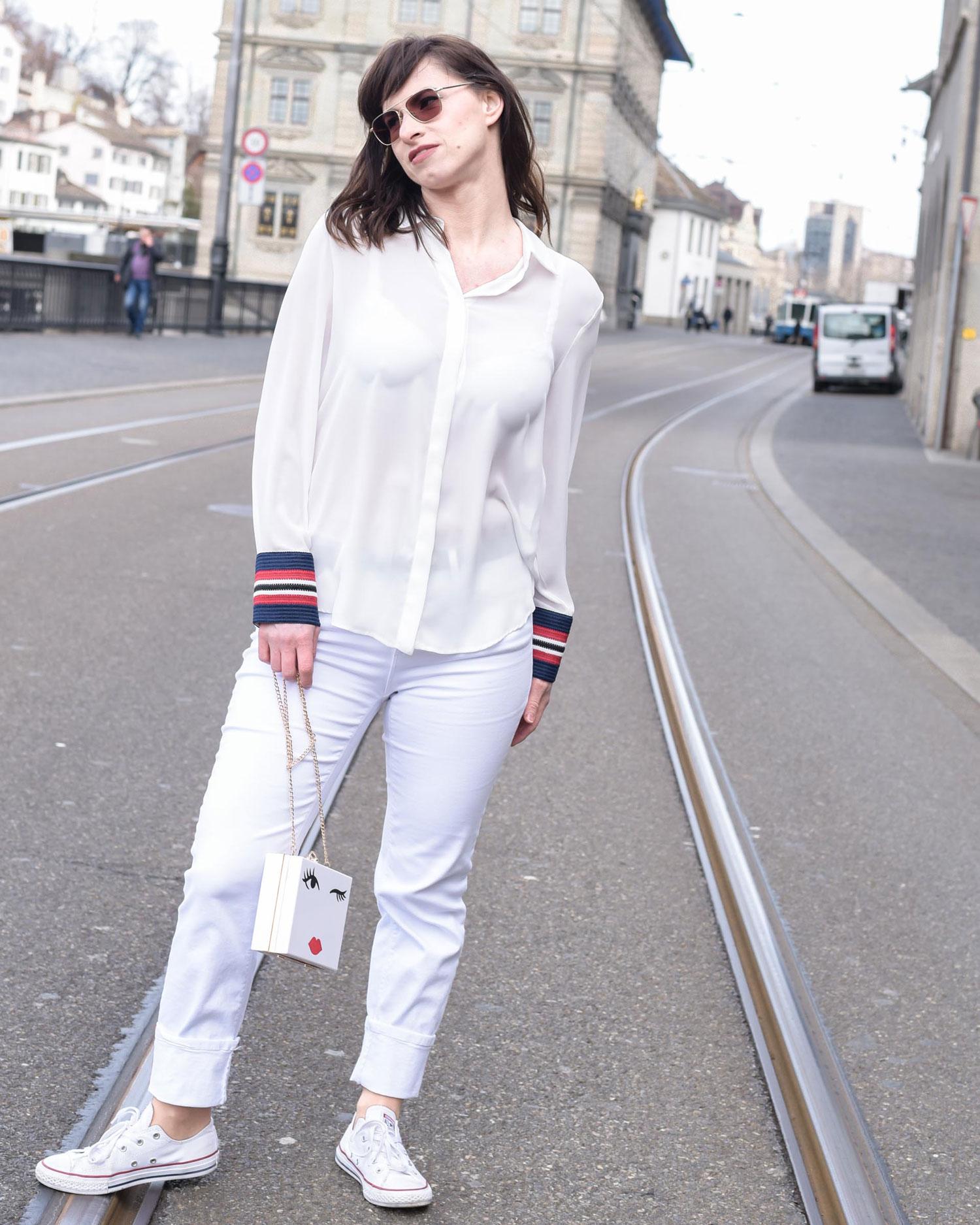 Erwartungsdruck: weisse Jeans von Zara, Sneakers von Convers Chucks all stars, Seidenbluse von Zara, Tasche von NafNaf