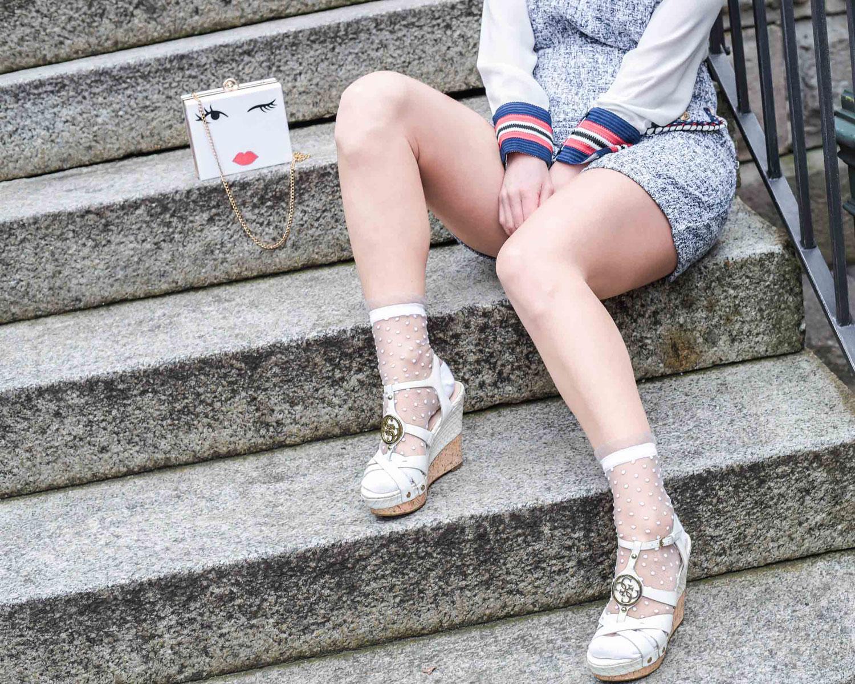 Latzenkleid von Zara, Seidenbluse von Zara, Keilabsatz von Guess, Handyhülle von Ideal of Sweden