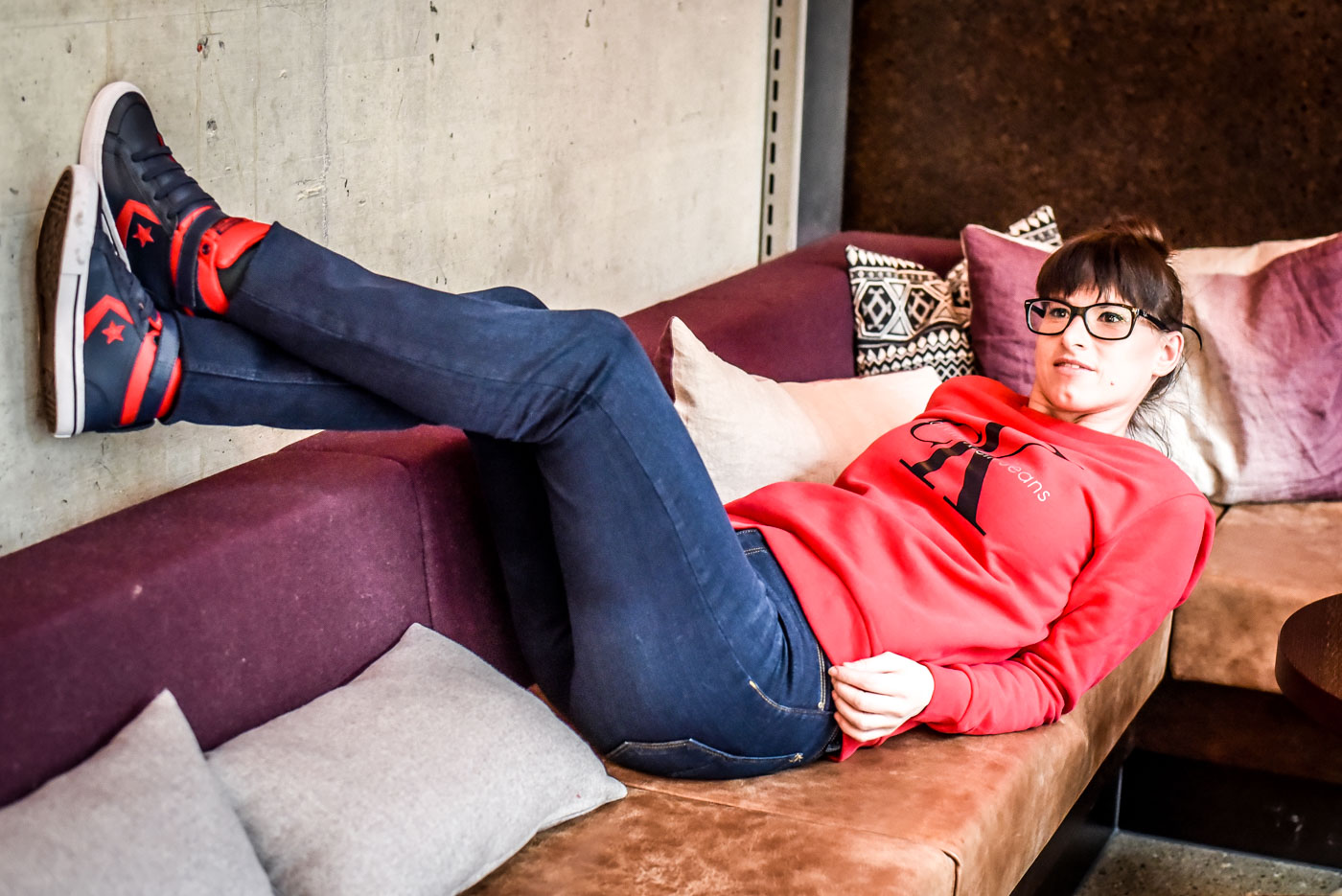 Jeans von Crossjeans, Sweater Tango red von Calvin Klein, Sneakers von Convers all star