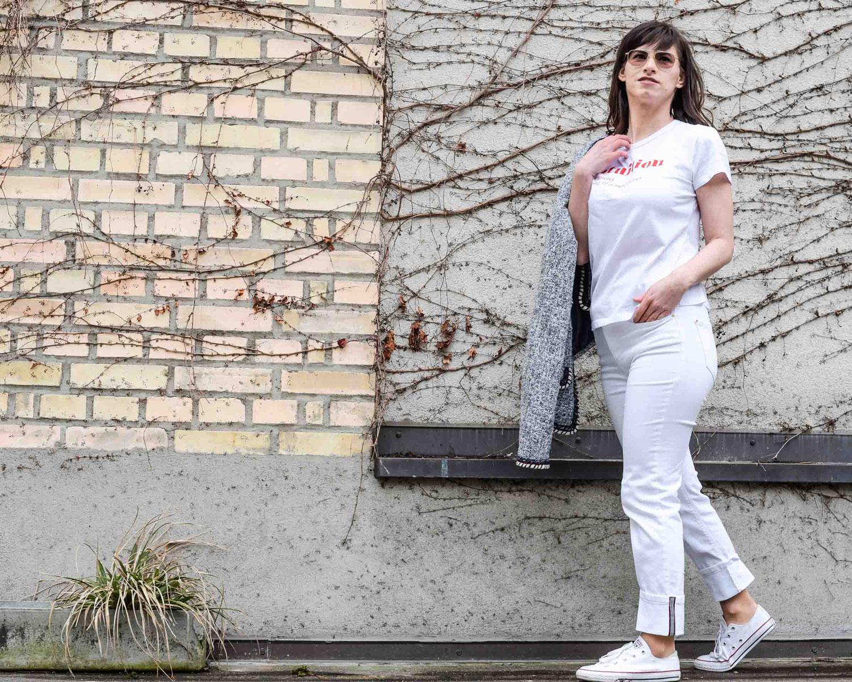 weiss: weisse Jeans von Zara, Blazer von Zara, T-Shirt von Zara, weisse Convers Chucks all stras