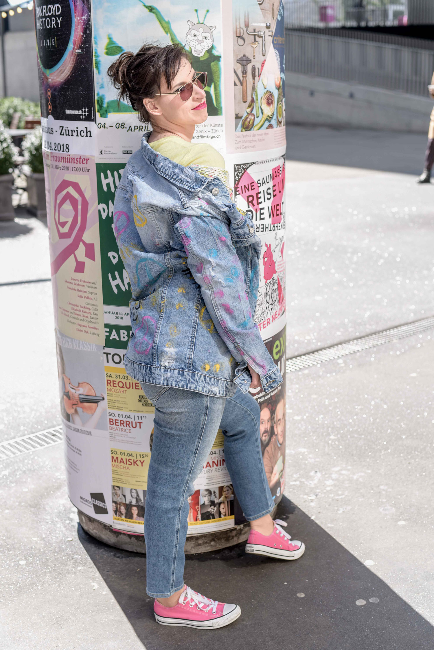 Osteroutfit: hellgelber Pullover von Benetton, grob gestrickter Wollpullover von Mango, Jeans Babhila 084PR von Diesel, pinke sneakers von Convers