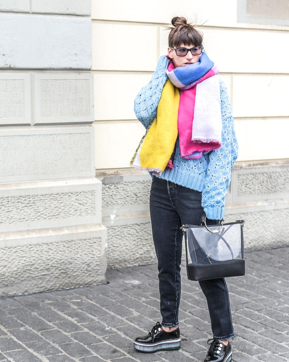 Analog: verblasste schwarze Jeans von Diesel, Babhila 084NX, hellbauer Oversize Pullover von Zara, Plateauschuhe von Zara, Henckeltasche in Vinyl von Zara