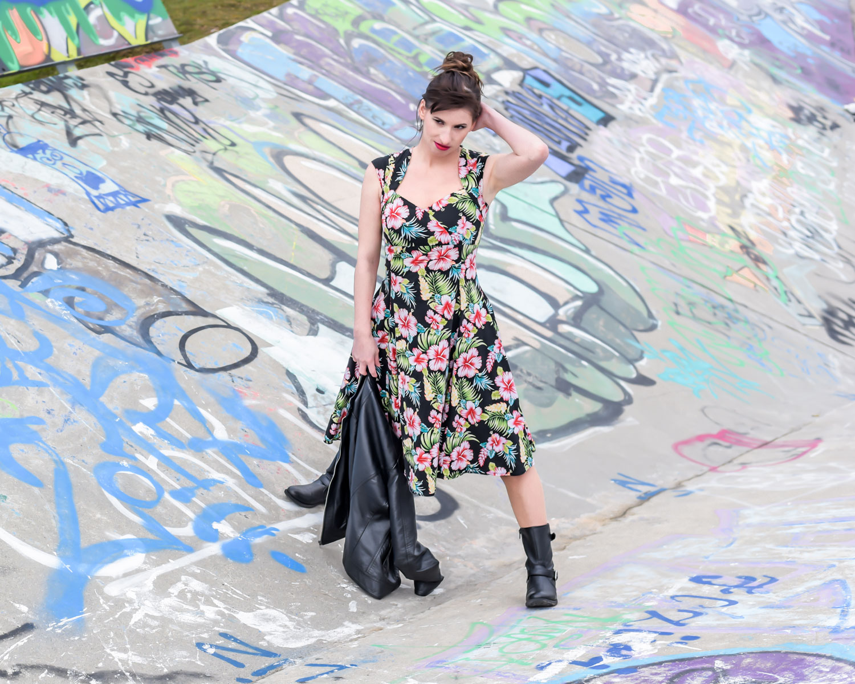 Blumenmuster: Kleid von Collectig, Biker-Boots von Only, Leaderjacke von Only