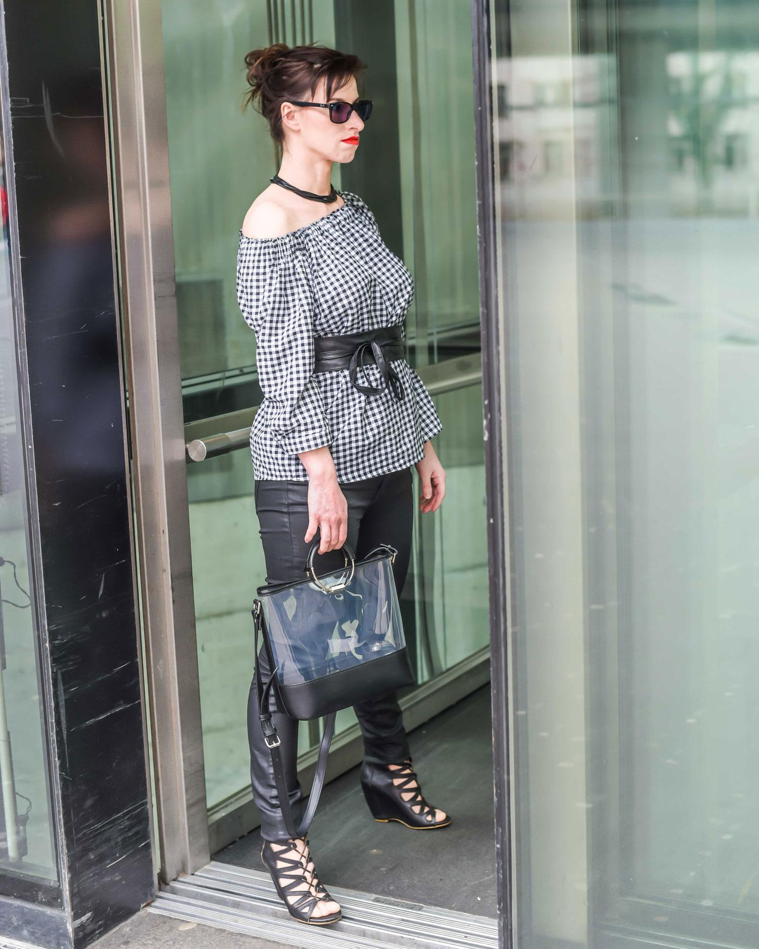 Trends: Off-Shoulder-Bluse von More&More, Jeanshosein Lederoptik von Hallhuber, Statement-Gürtel von More&More, Vinyltasche von Zara, Schnürstiefel