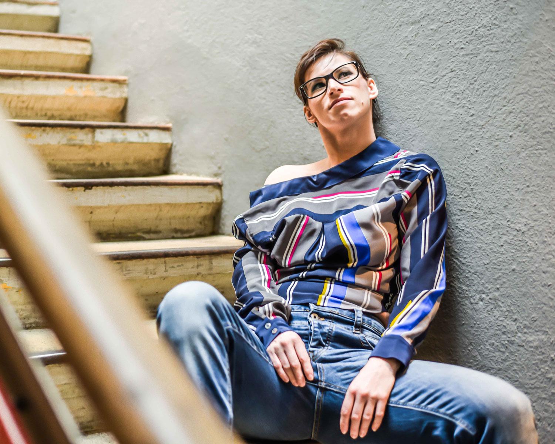 Fashiontricks: Boyfriendjeans von Staffjeans, Streifenbluse von Tommy Hilfiger, Pumps von Tamaris
