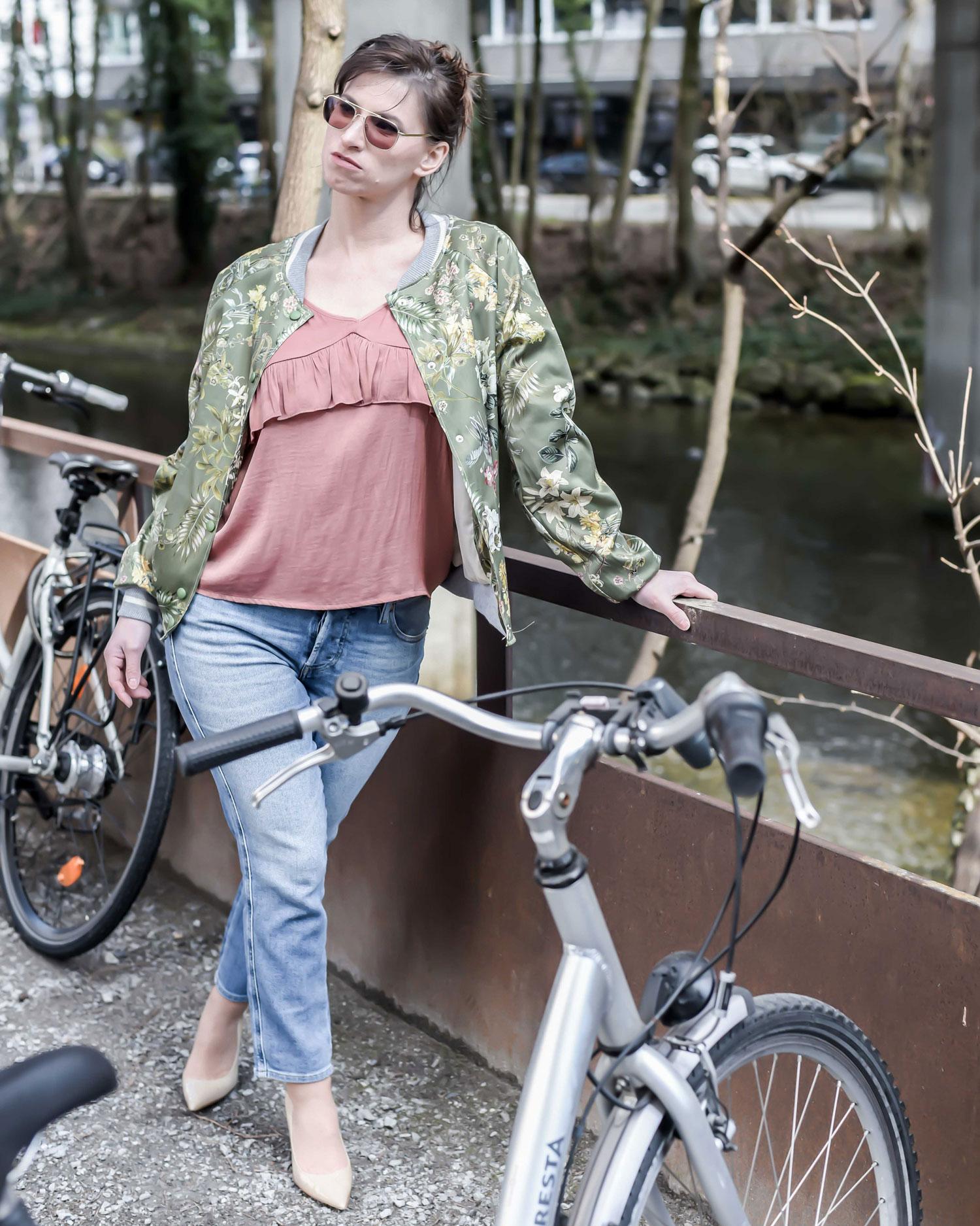 Basics: Regular Waist Jeans von Diesel, Spagettiträger Top von Scotch & Soda, Bomberjacke von Motel