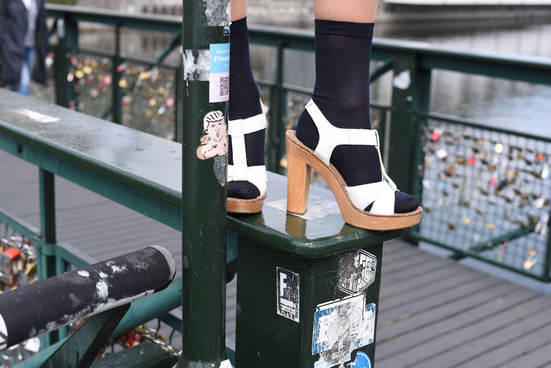 Street-Style: weisses Statement T-Shirt von Zara, Rock mit Goldknöpfen von Hallhuber, Socken von Falke, Schiffermütze von Scotch&Soda, Tasche von Nafnaf, Sandallen von OL'Autre Shoses