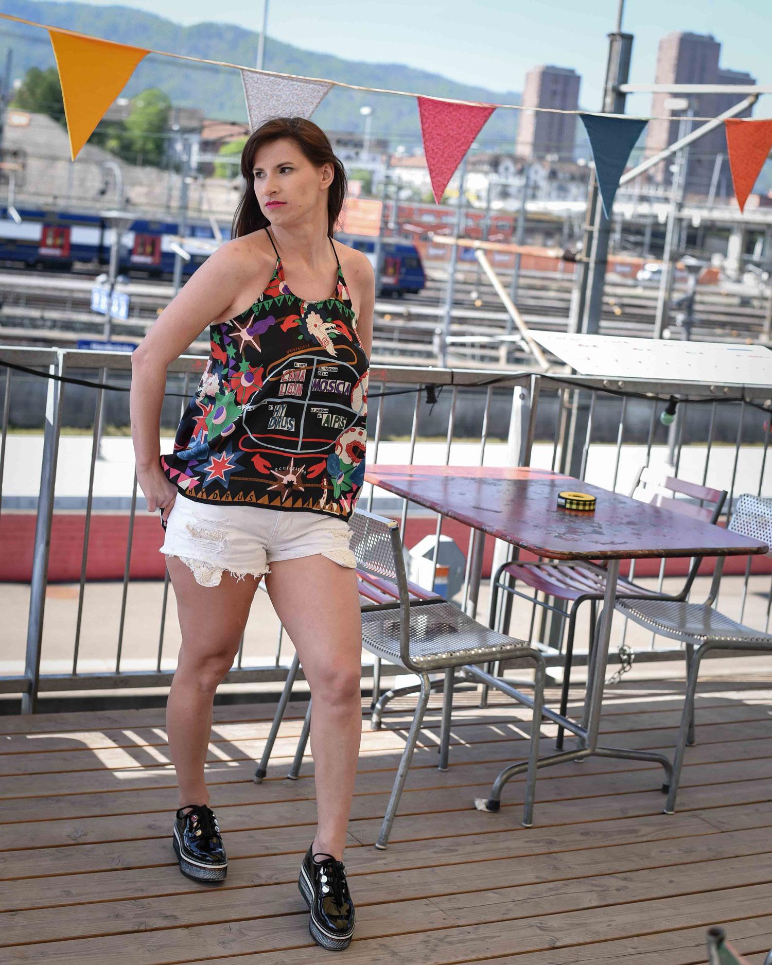 Shorts: von Hollister, Plateauschuhe von Zara, Top von Scotch & Soda, Dress-up Journal