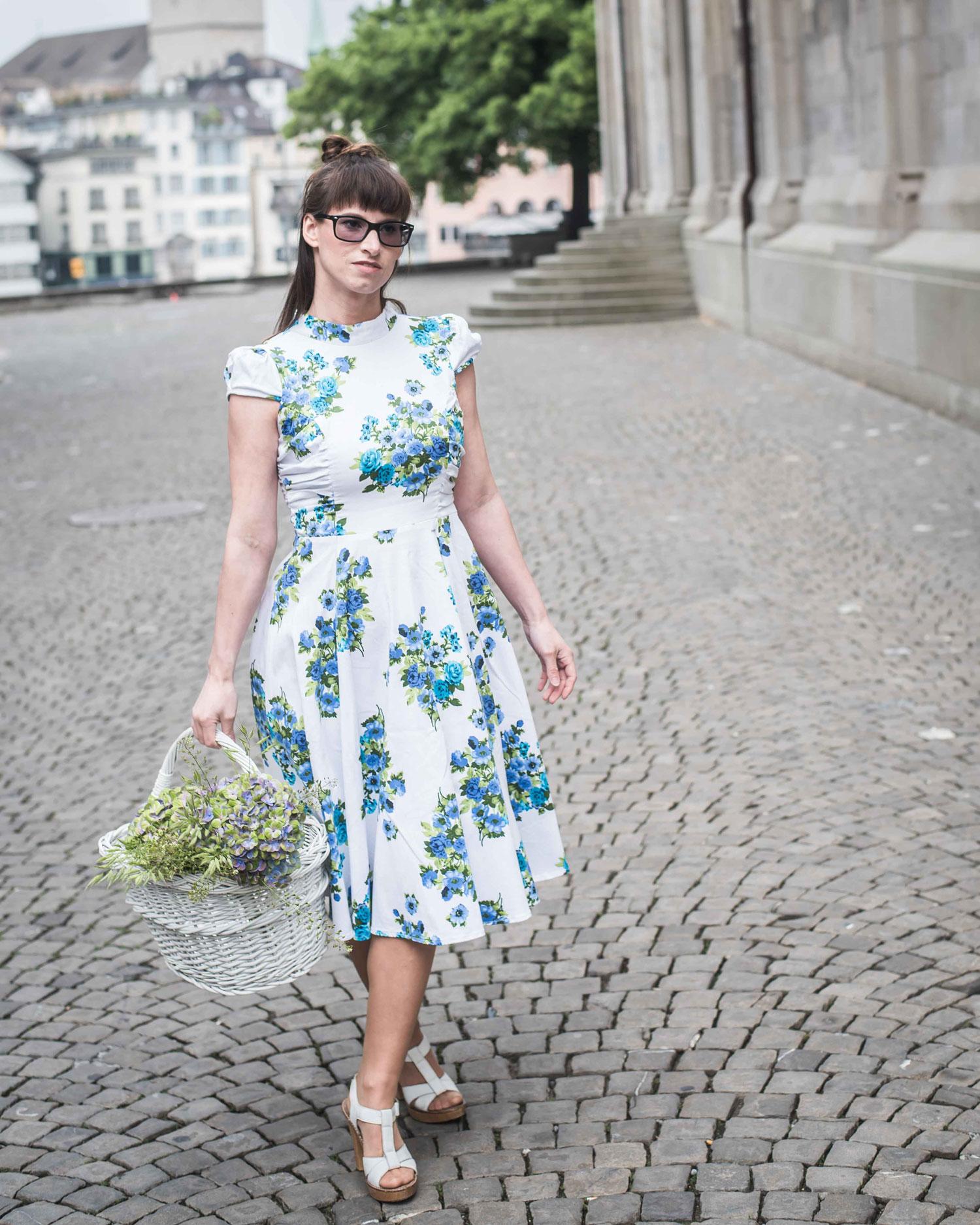 Online-shoppen: Kleid von TopVintage, weisse Sandaletten von Ol'Autre Shoses, Korbtasche von Zara