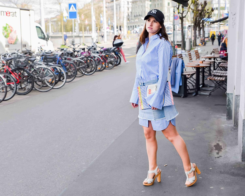Jeansrock von Pepe Jeans London, Longbluse von Hallhuber, Statement Clutch von Zara, Sandaletten von Ol'Autre Shoes