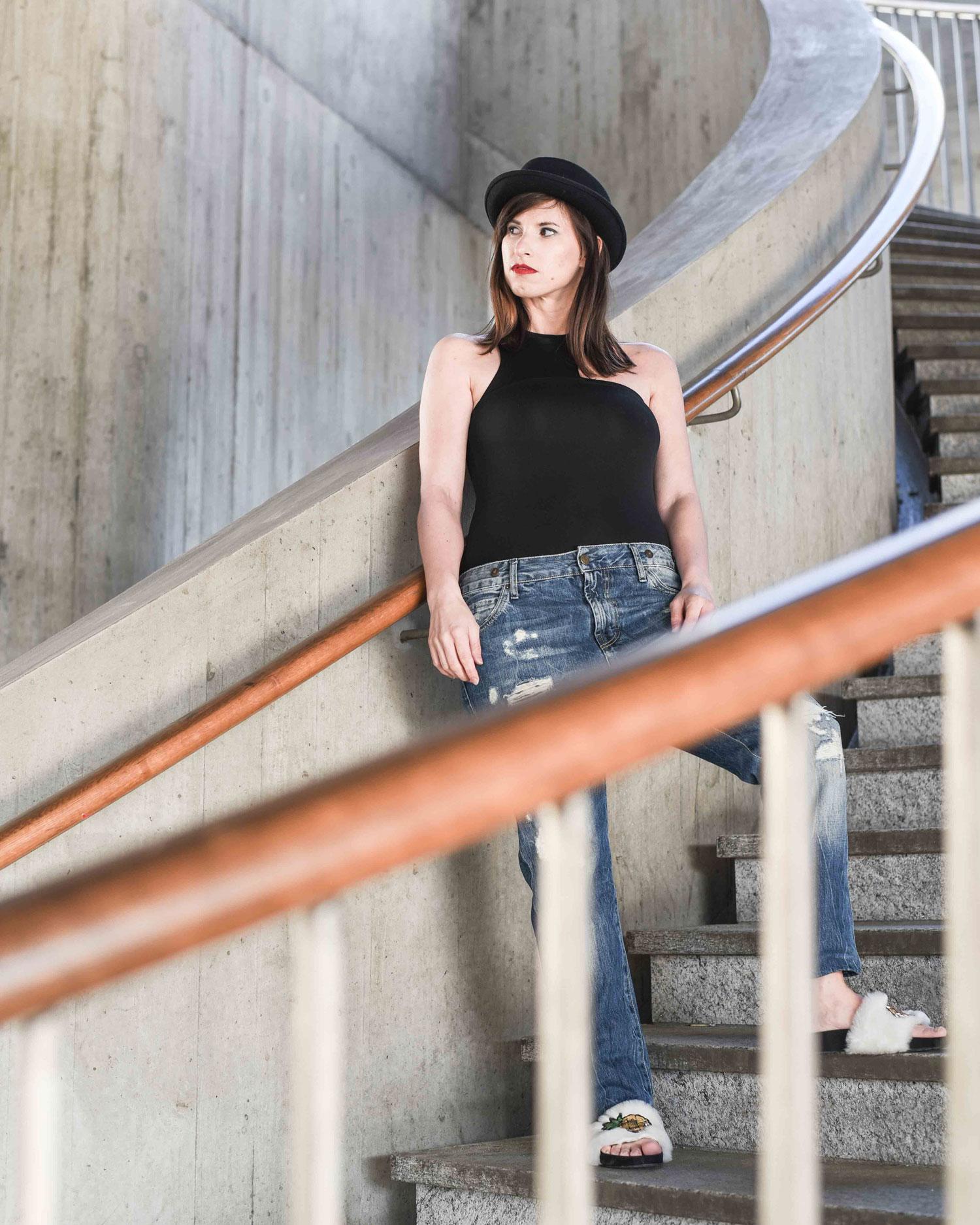 Blogger: Boyfriendjeans von Staff Jeans & Co, Body von Zara, Fake Fur Schlappen von Dune, Hut aus London (Stadtteil Soho, Vintagestore)