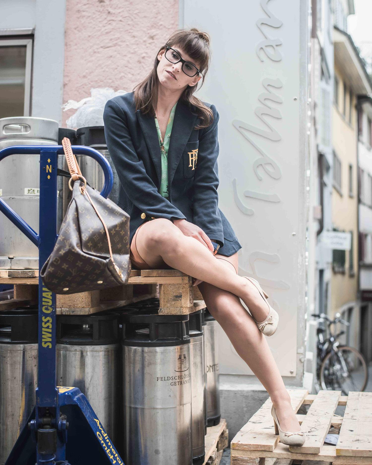 It-Bag: Transpartentes Top von Zara, Wildleaderrock von Hallhuber, Blazer von Polo Ralpf Lauren, Schuhe von Tommy Hilfiger, Tasche von Louis Vuitton, Louis Vuitton Artsy MM in Monogram Canvas