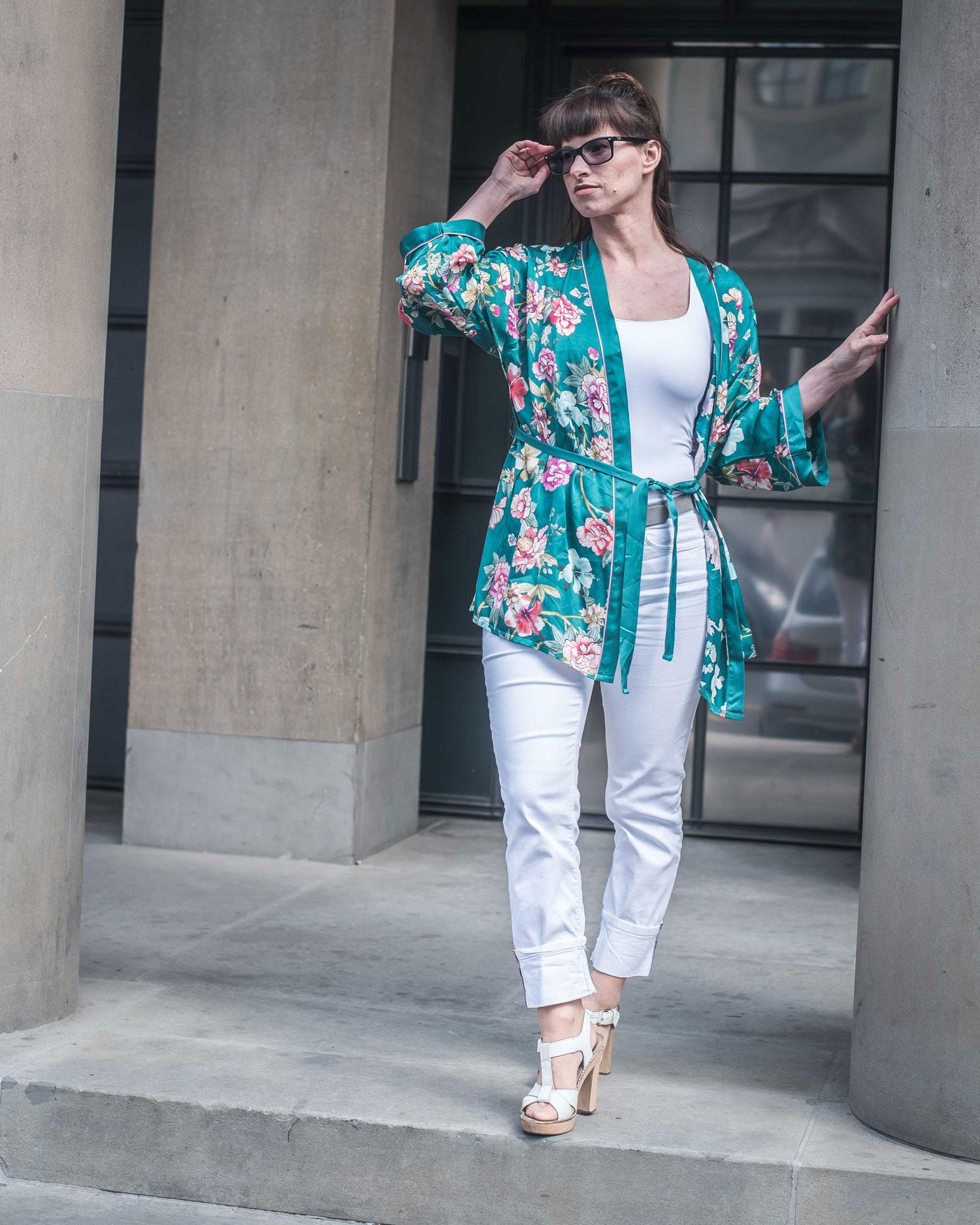 Kimono von Intimissimi, weisse Jeans von Zara, weisses Basic Top von Zara, Sandaletten von Ol'Autre Shoses