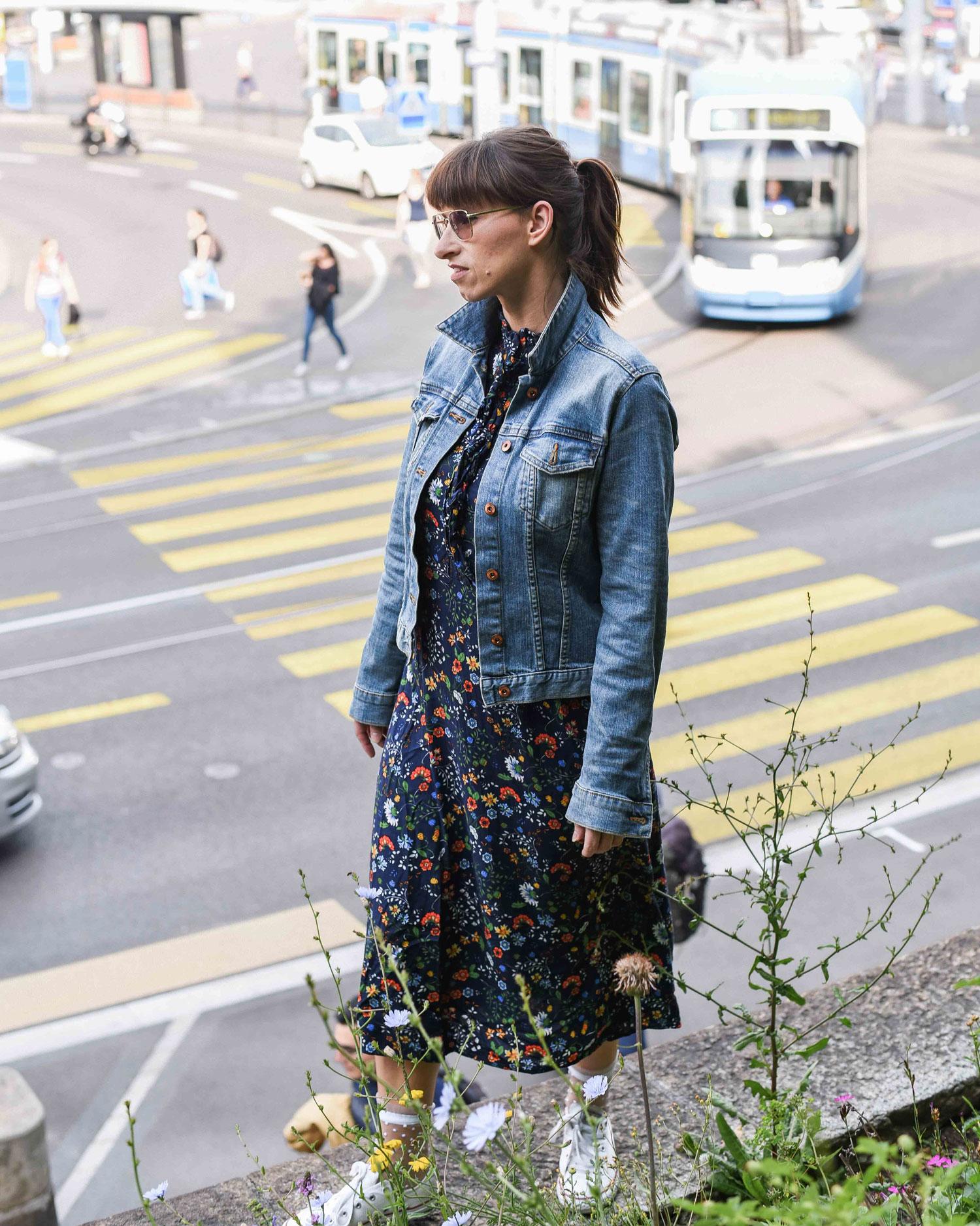 Sightseeing: H&M Blumenkleid mit Volants, Jeansjacke von H&M, Converse all star, Socken von ONYGO