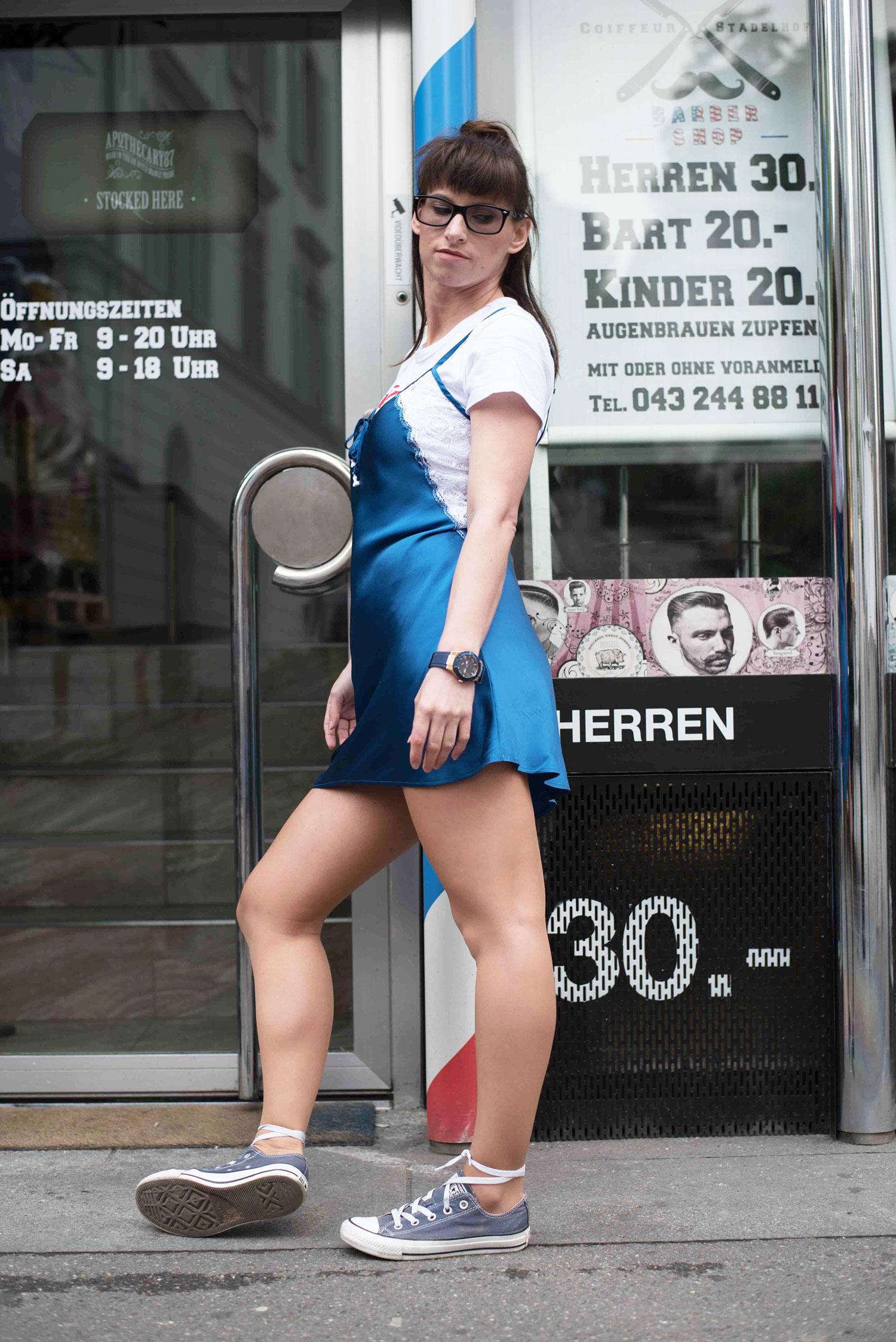 Bulli: Slipdress von Intimissimi, T-Shirt von Zara, Sneakers von Converse all star