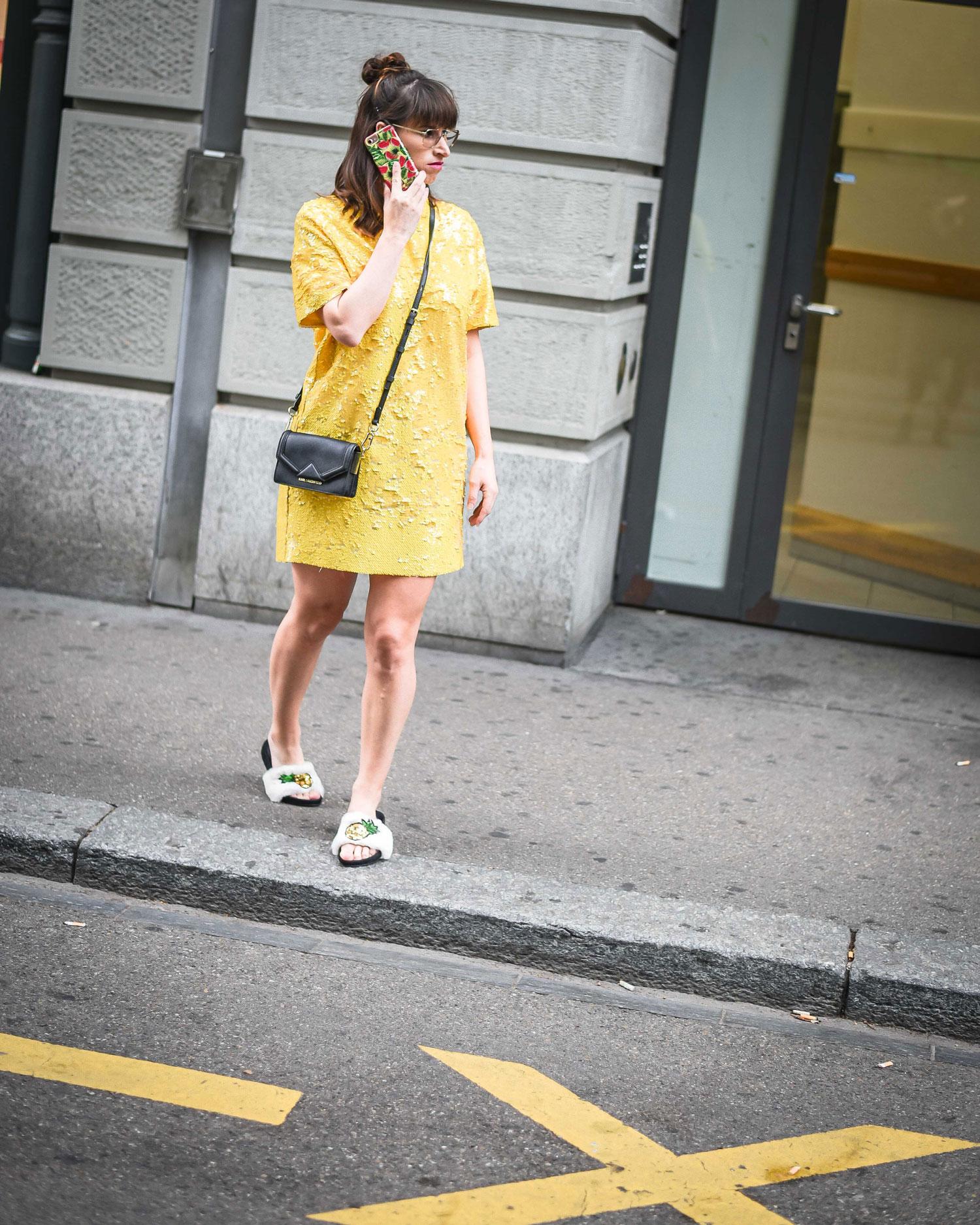 Sale: Pailettenkleid von Zara, Schlappen mit Fake Fur von Dune, Adiletten von Dune, Tasche von Karl Lagerfeld, Handyhülle von Ideal of Sweden, Case form Ideal of Sweden